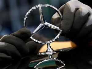 Automaker Daimler Rebounds after Lockdowns, Raises Outlook